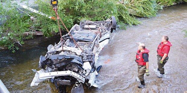 Zug-Crash: Klein-Lkw in Bach geschleudert