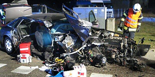 Horror-Crash: Ampelmast teilt Auto entzwei