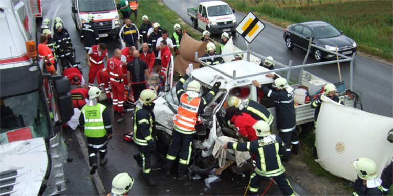 Laster gegen Kleinbus: 4 Schwerverletzte