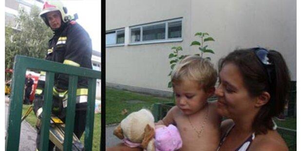 Kleinkind steckte mit Kopf in Zaun fest