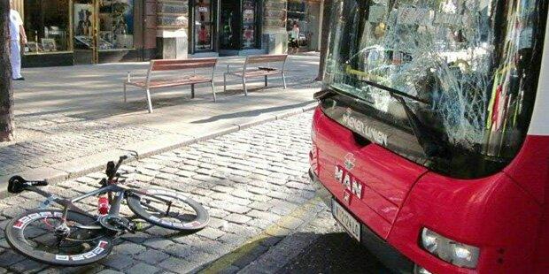 Radfahrer krachte gegen 13A-Bus