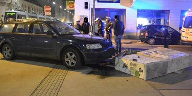 Unfall: Passat rammt Stromkasten