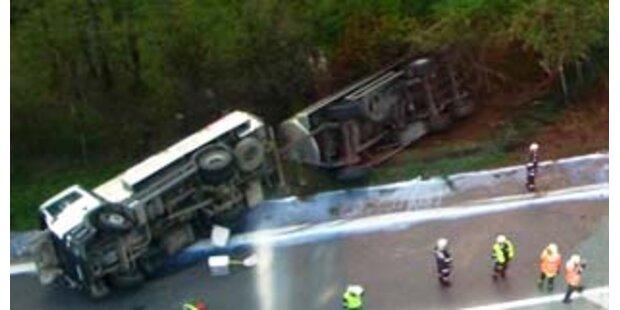 LKW mit 22.000 Liter Milch auf A9 umgestürzt