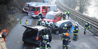 Feuerwehr befreit Lenker aus Autos