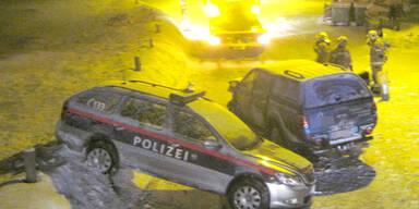 LKW-Lenker kracht in Polizeiauto