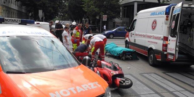 Moped krachte in Wien in Pkw