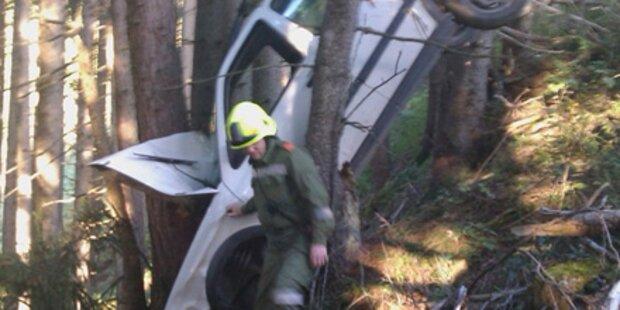 Vater und Sohn stürzen mit Pkw in Wald