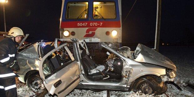 Zug kracht in Auto: Fahrer überlebt