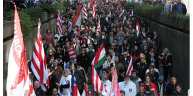Ungarn bewerfen Neonazis mit Essensresten