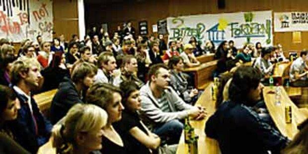 Erster Protestzug an der Uni Salzburg