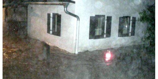 Familie im Hochwasser gefangen