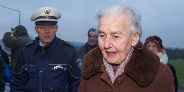 Holocaust-Leugnerin bei Prozess bedrängt