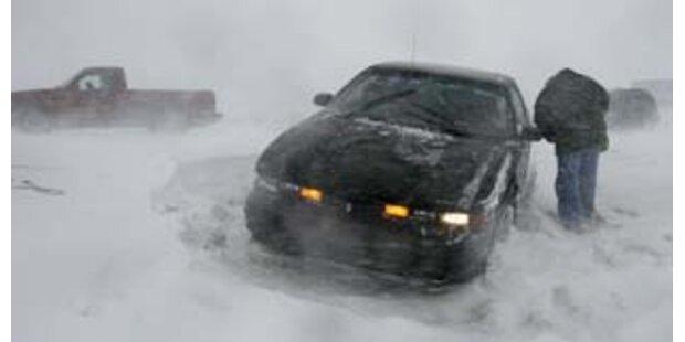 Schwere Schneefälle legten Verkehr und Strom lahm