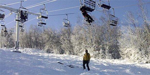 Skifahrer stürzen aus Sessellift