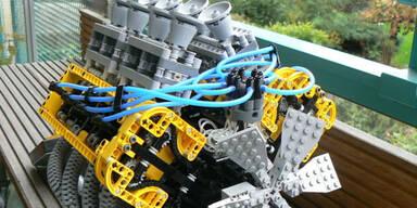 Video: Tüftler baut V8-Motor aus Lego