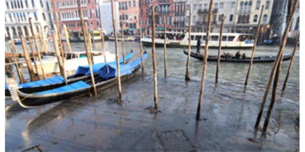 Gondeln in Venedig liegen im Schlamm
