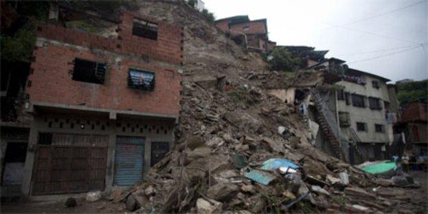 Unwetter und Erdrutsche: 16 Tote