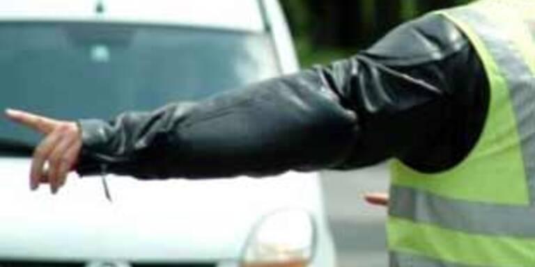 Falscher Polizist zockt Autofahrer ab