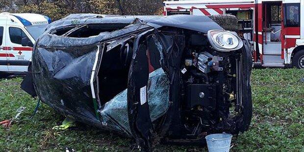 Ehepaar rutscht mit Pkw ab: Auto überschlägt sich