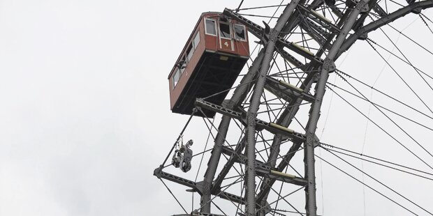Vespa-Akrobat dreht Runde am Riesenrad