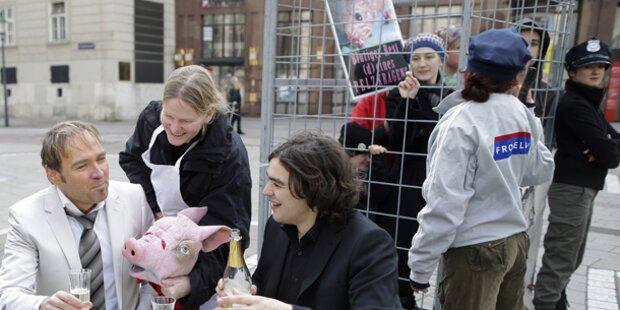 Tierschützer lassen sich in Käfig stecken
