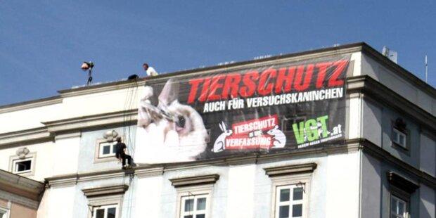 Tierschützer hängen vom Dach der Linzer Kunstuni