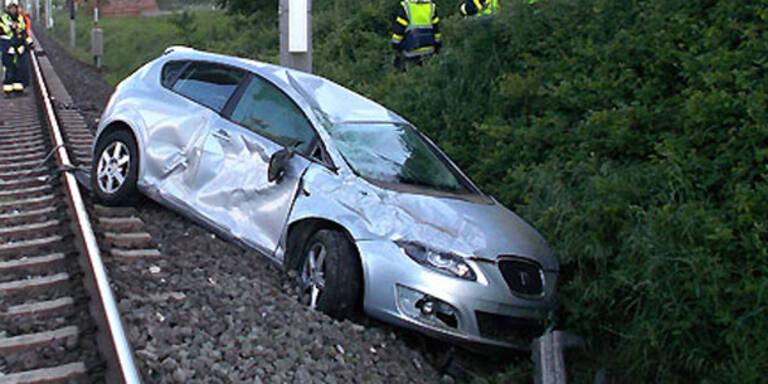 Pkw landete nach Unfall auf Gleisen