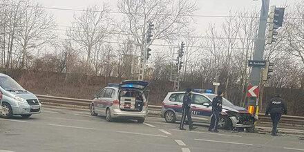 Polizeiauto crasht gegen Mercedes