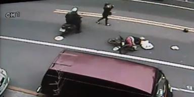 Motorradfahrer wird bei Fahrerflucht gefilmt