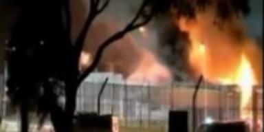 Asylsuchende stecken Flüchtlingslager in Brand