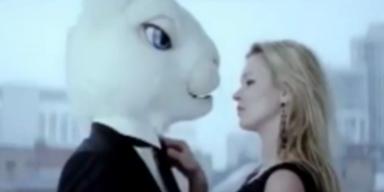 Kate Moss in Osterhasen verliebt