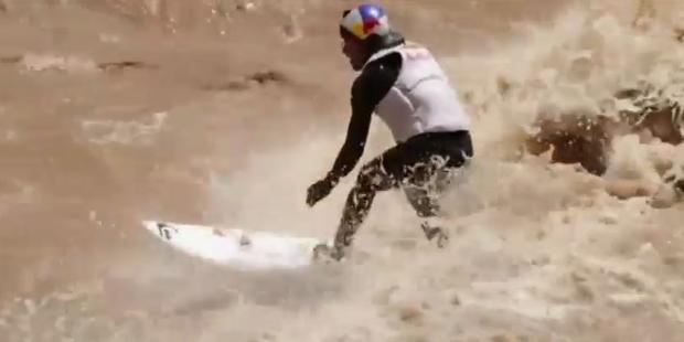 Peruaner surft in Flutwellen