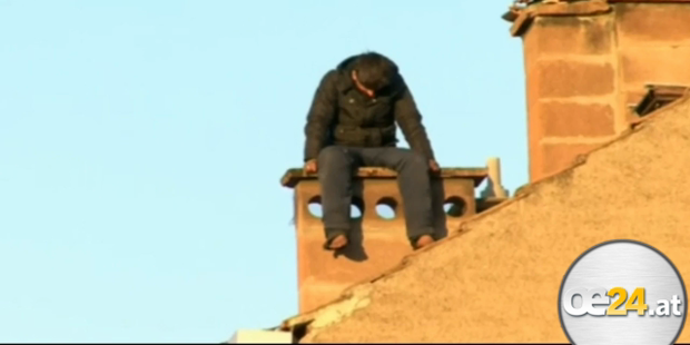 Dachbesetzer bewirft Polizei mit Ziegeln