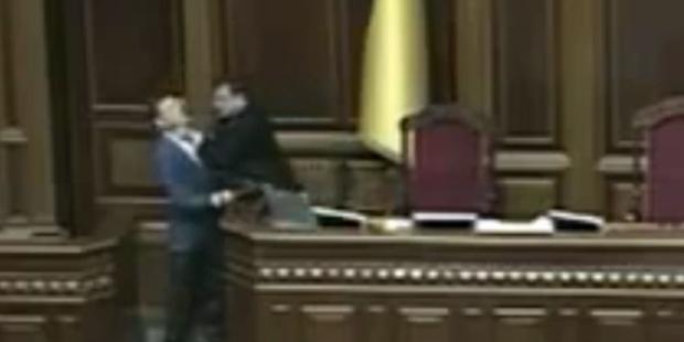 Parlaments-Sprecher würgt Kontrahenten
