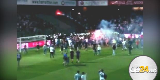 Austria-Fans stürmen das Feld
