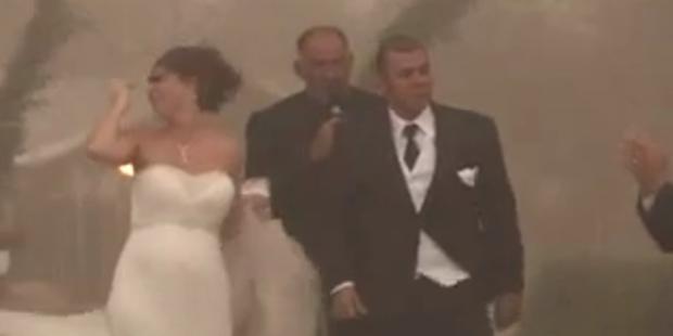 Hochzeit gerät in Sandsturm