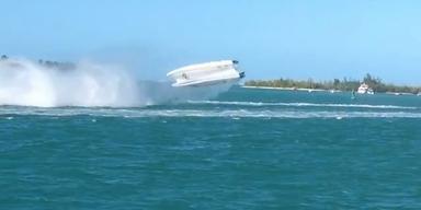 Powerboot überschlägt sich - 2 Tote