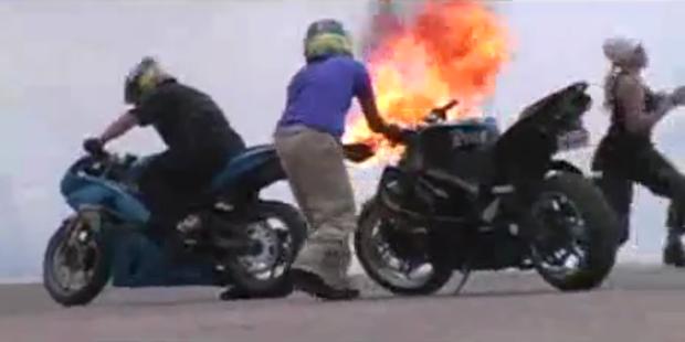 Blondine will brennendes Motorrad löschen