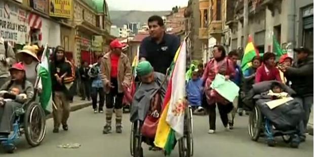 Demo: Rollstuhlfahrer treffen auf Polizei