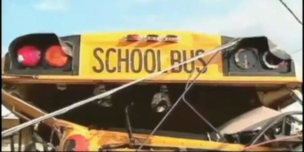 Amateurvideo: Tornado wirft Schulbus auf Haus