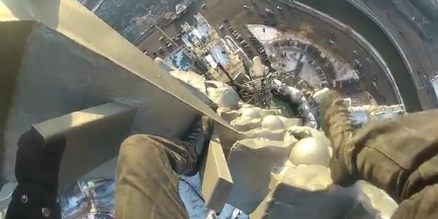 Extrem-Kletterer steigt auf Wolkenkratzer