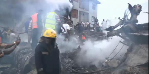 Über 150 Tote: Flugzeug stürzt in Wohngebiet