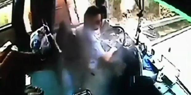 Busfahrer von Metallteil schwer verletzt