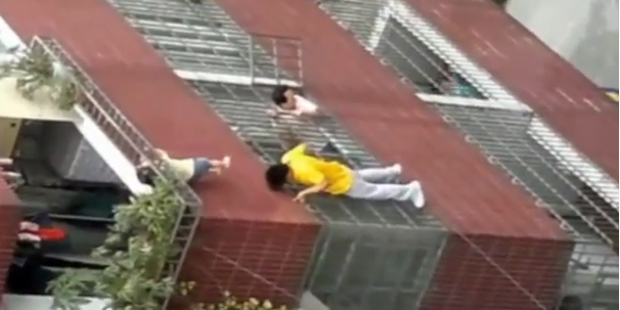 Drama: 4-Jährige baumelt über Abgrund