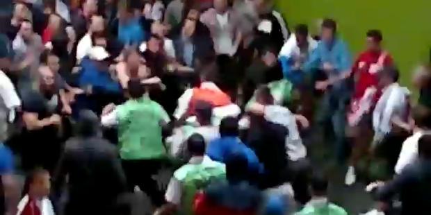 Brutal: Russische Fans prügeln auf Ordner ein