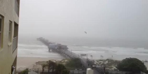 Kitesurfer bei extremen Sprung über Pier gefilmt