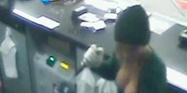 Polizei jagt dralle Busen-Banditin