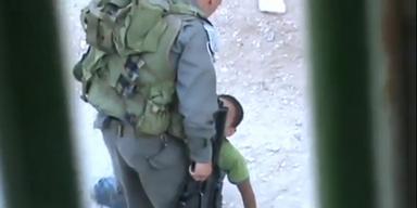 Soldat verprügelt Kind auf offener Straße