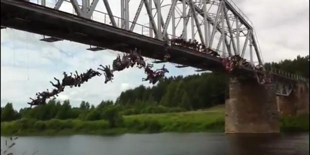 135 Russen springen gleichzeitig von Brücke