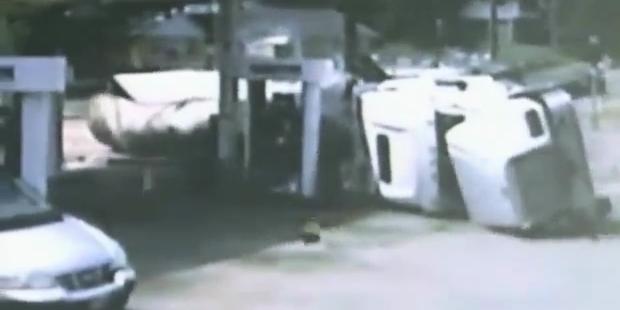 LKW kracht mit voller Wucht in Tankstelle